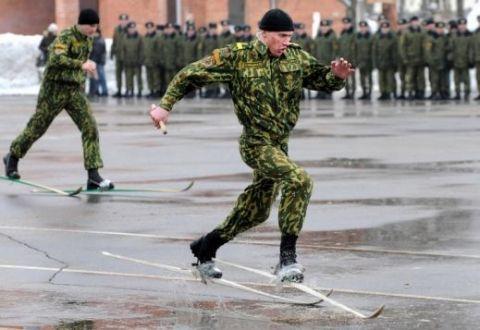 soldaty_na_lyzhah_bez_snega.jpg